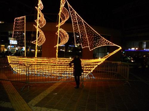 İskeçe'de Noel ve Yılbaşı zamanı meydana yerleştirilen ışıklı kayık...