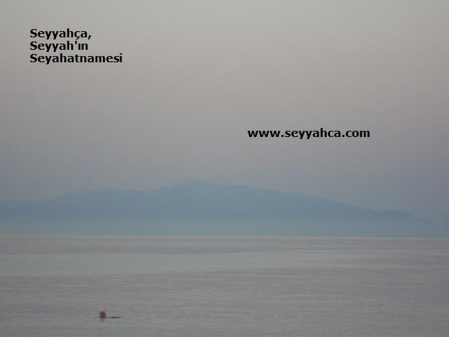 Midilli'den Ayvalık Dağlarının Silueti görülebiliyor.