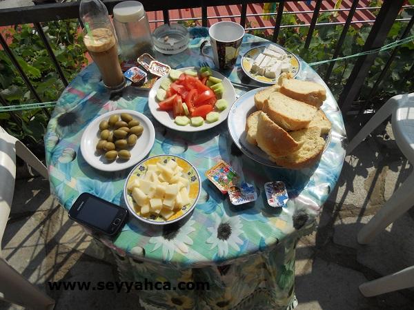 Thassos'da Pansiyonda Türk Kahvaltısı