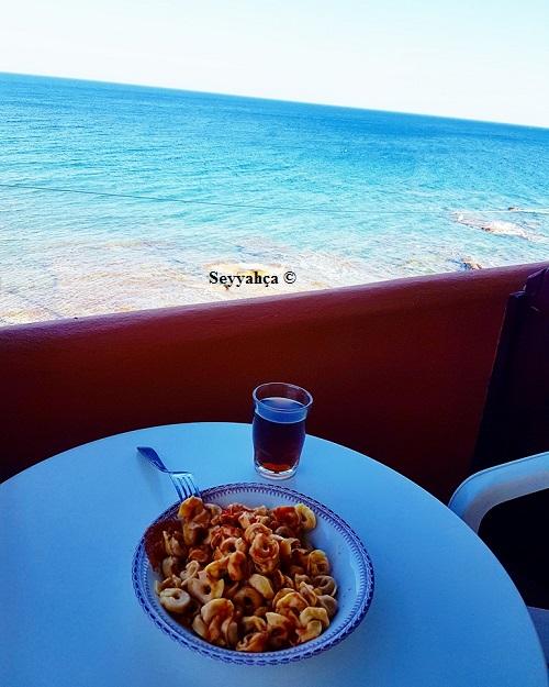 Yaptığım yemeği, ice tea ve deniz manzarası eşliğinde yerken :)